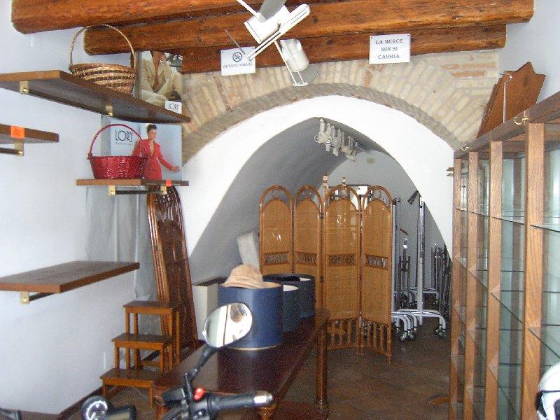 Negozio / Locale in affitto a Fermo, 2 locali, prezzo € 600 | CambioCasa.it
