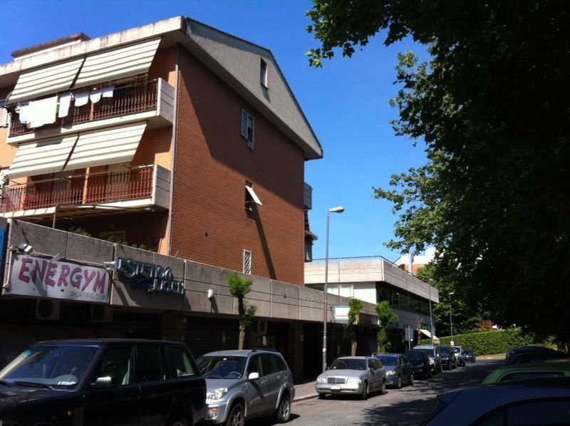 Negozio / Locale in affitto a Genzano di Roma, 2 locali, prezzo € 790 | CambioCasa.it