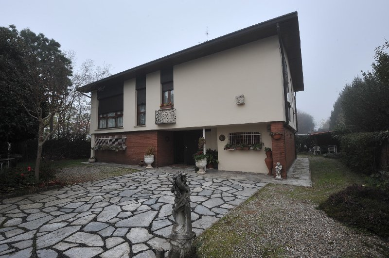 Villa in vendita a Busto Arsizio, 9999 locali, zona Zona: Cimitero, prezzo € 367.000 | Cambio Casa.it