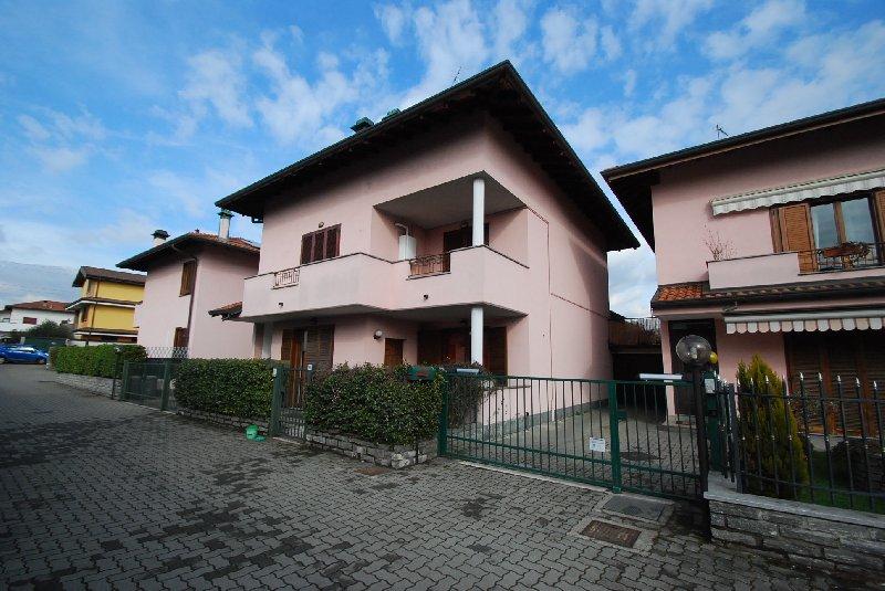 Villa Bifamiliare in Vendita a Marnate
