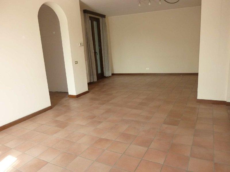 Appartamento in vendita a Gazzada Schianno, 4 locali, prezzo € 165.000 | Cambio Casa.it