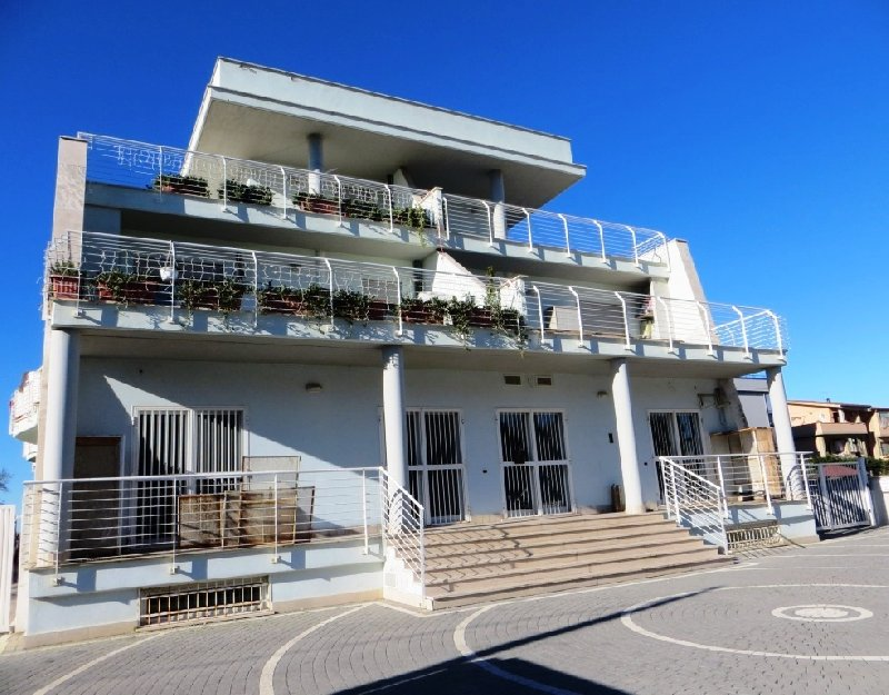 Immobile Commerciale in vendita a Fiumicino, 10 locali, prezzo € 420.000   CambioCasa.it