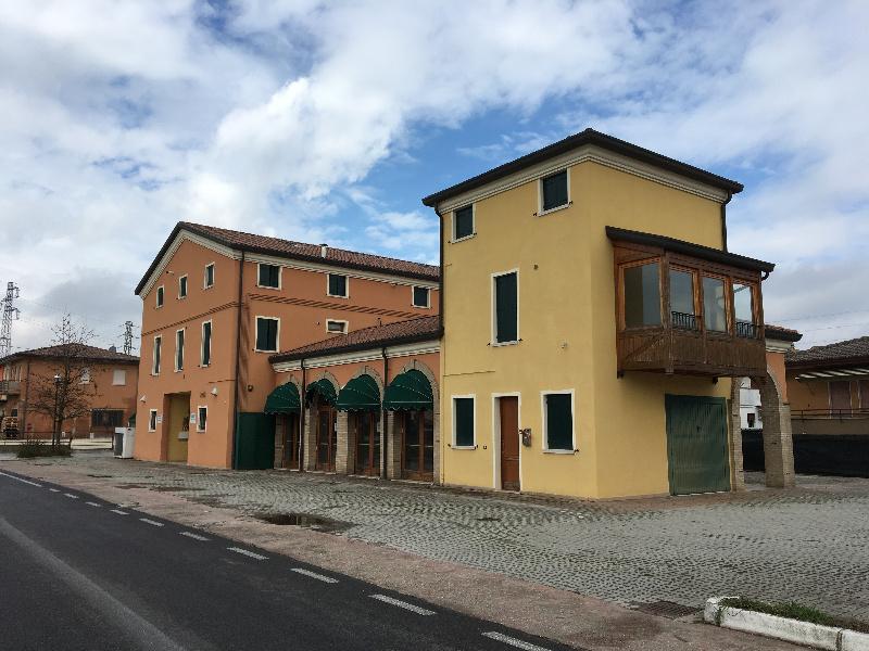Ristorante / Pizzeria / Trattoria in vendita a Due Carrare, 9999 locali, zona Zona: Carrara San Giorgio, prezzo € 400.000 | CambioCasa.it